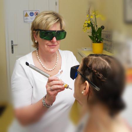 Dr. Hemma Stübinger bei der Flächenlaser-Behandlung